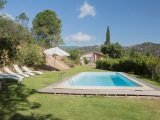In die Landschaft eingebetteter privater Pool